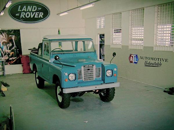 11-1423634348-bob-marley-land-rover-02