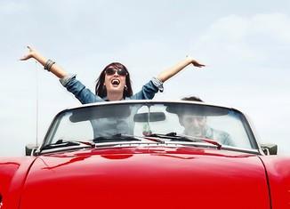 mujer feliz coche descapotable