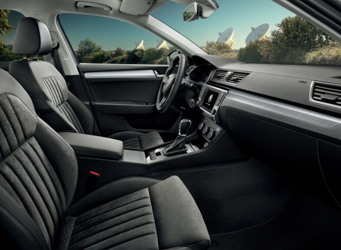 Skoda Superb Combi 2015 interior 02