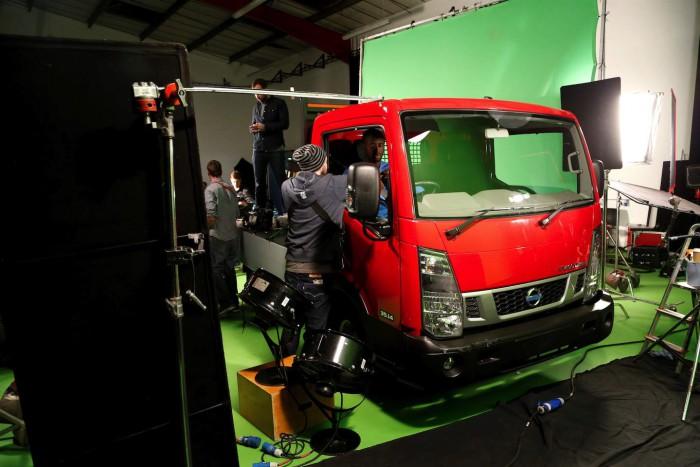 Yaya Toure anuncio nissan vehiculos comerciales 06