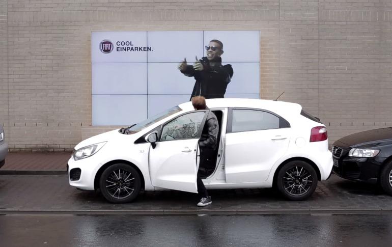 billboard-interactiva-que-te-ayuda-a-aparcar-el-coche