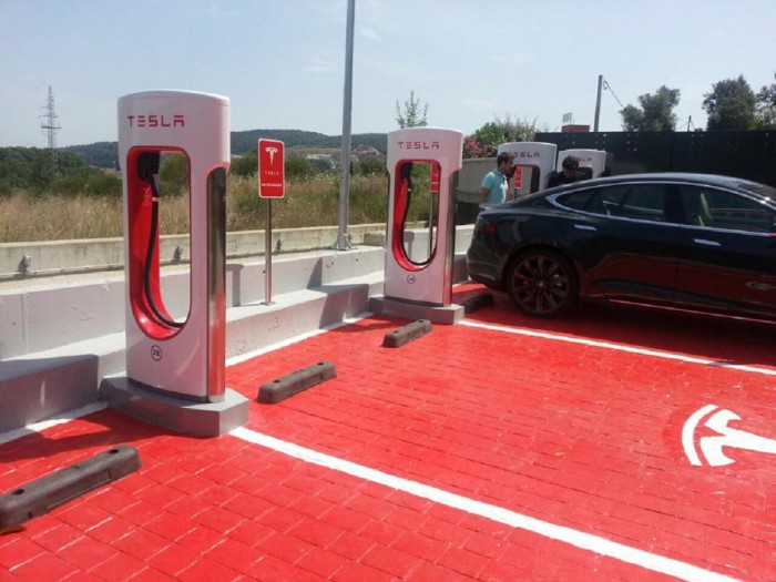 Tesla Supercargadores Gerona 2015 02