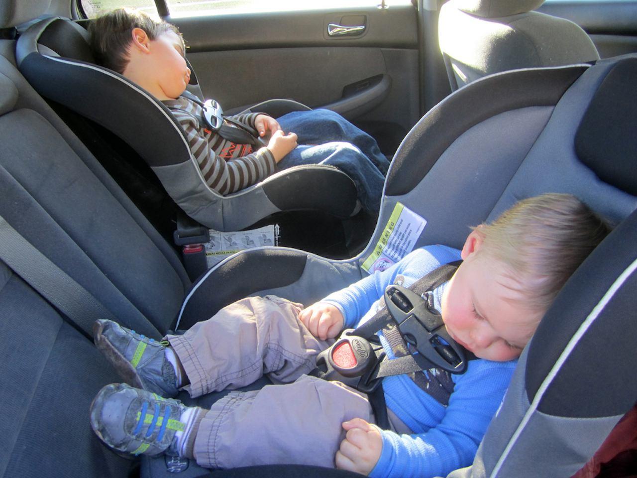 Pueden viajar los ni os en el asiento delantero for Asientos infantiles coche