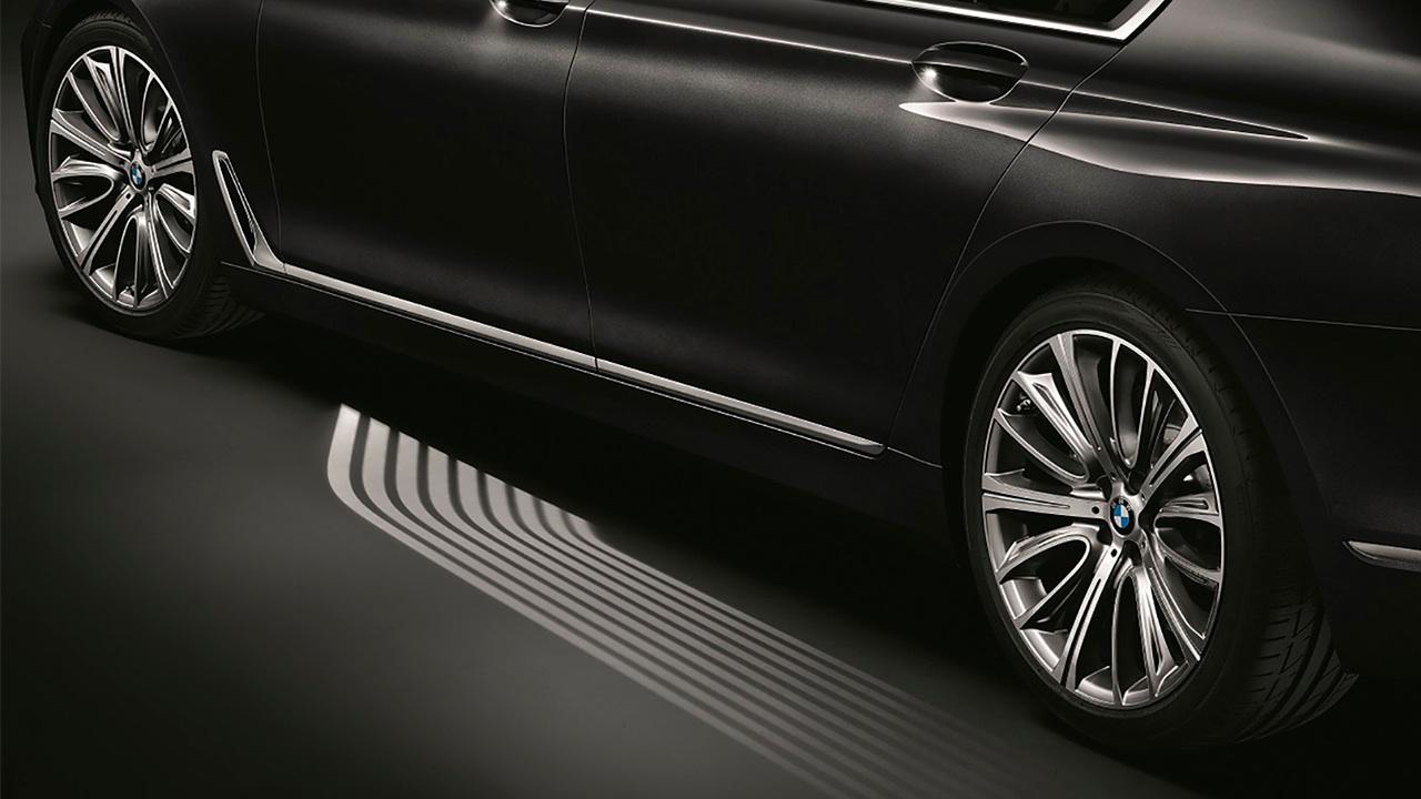 BMW Serie 7 ilumina camino al coche