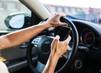 Móvil distrae conduciendo