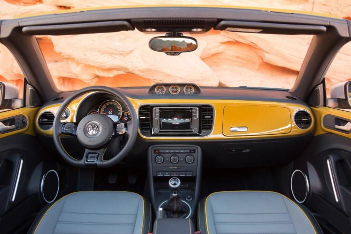 Volkswagen Beetle Dune cabrio 2016 interior 02
