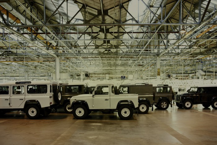 Land Rover Defender fabrica 2015 09