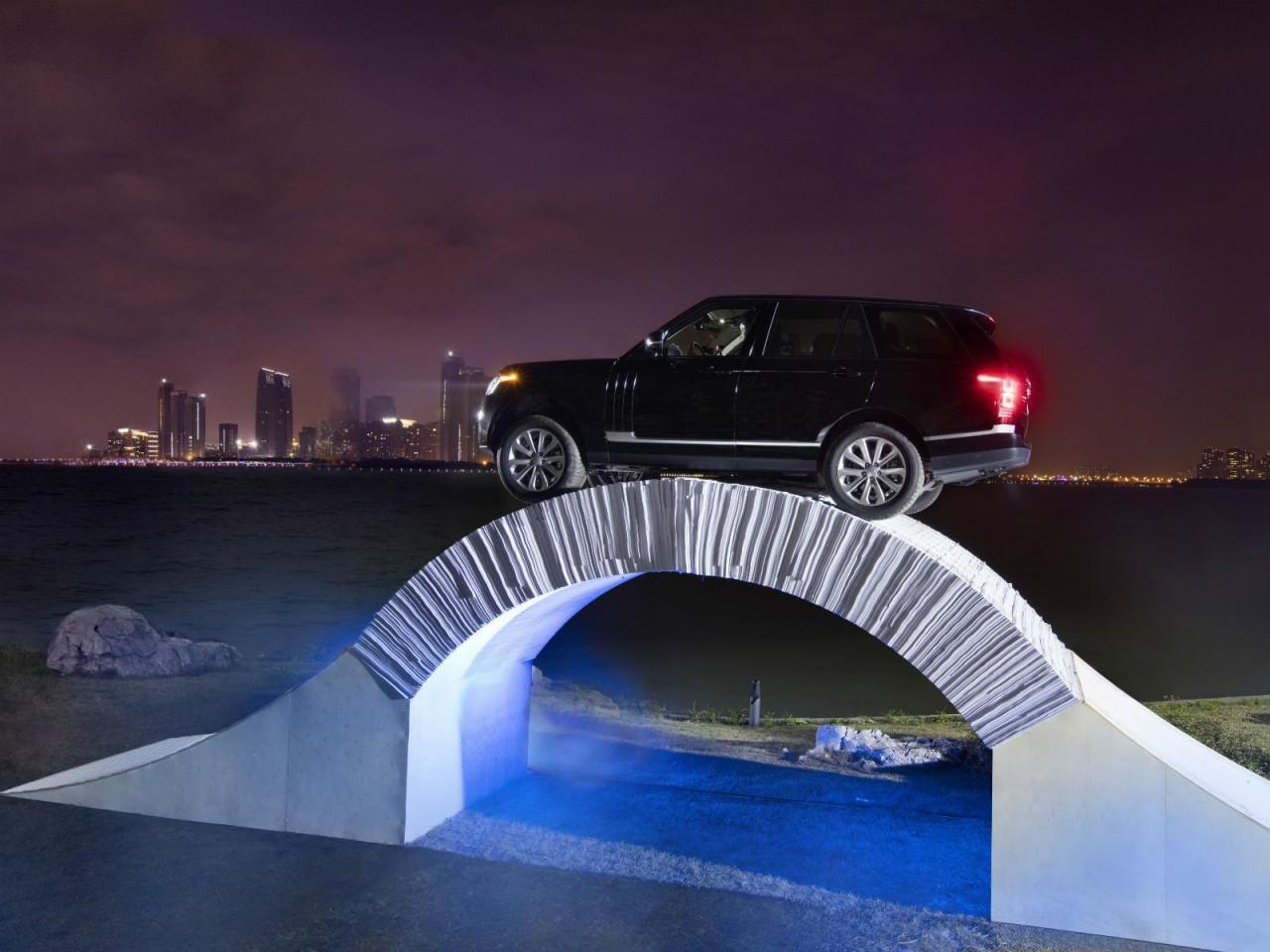 Este puente de papel soporta el paso de todo un Range Rover