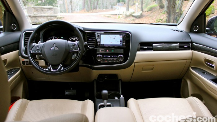 Mitsubishi Outlander 220DI-D 2016 interior 09