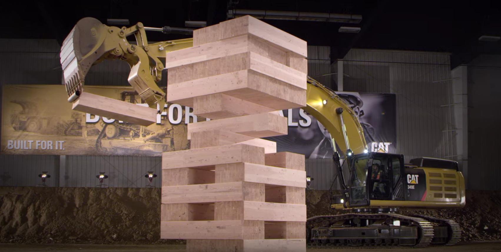 Maquinaria industrial de Caterpillar jugando a Jenga 03