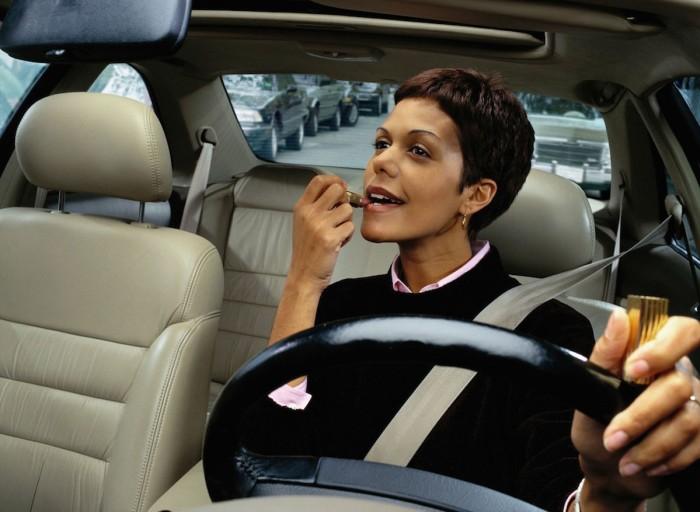 distracciones al volante maquillarse