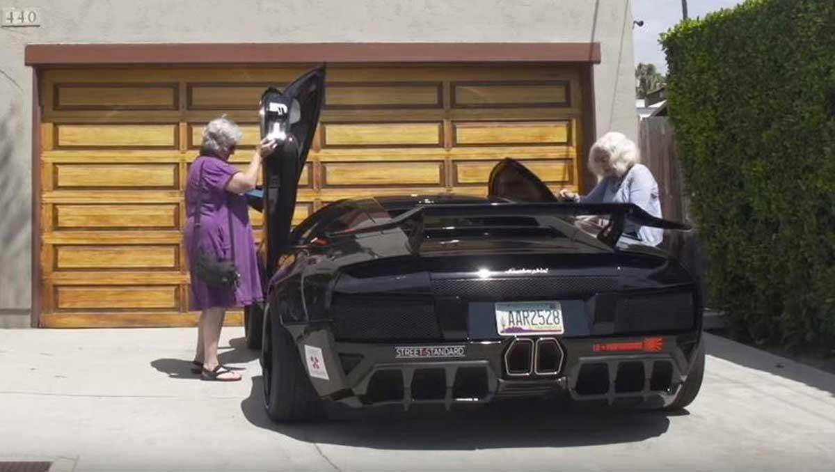 dos abuelas y un Lamborghini Murciélago 01