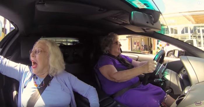dos abuelas y un Lamborghini Murciélago 02