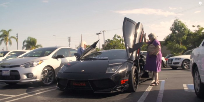 dos abuelas y un Lamborghini Murciélago 03