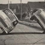 Jean Sunny, primer europeo en conducir un coche sobre dos ruedas 02 (600x388)