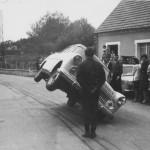 Jean Sunny, primer europeo en conducir un coche sobre dos ruedas 04 (800x548)