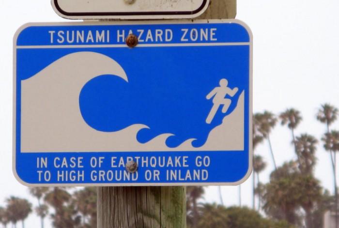 Señal de tráfico zona tsunami