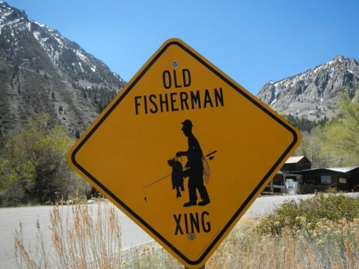 Señal tráfico peligro pescador viejo
