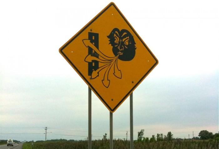 Señal tráfico peligro viento
