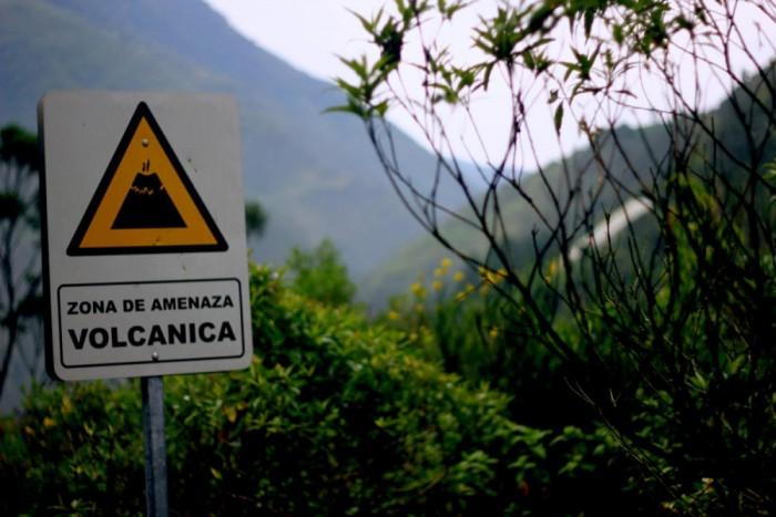 Señal tráfico peligro volcan