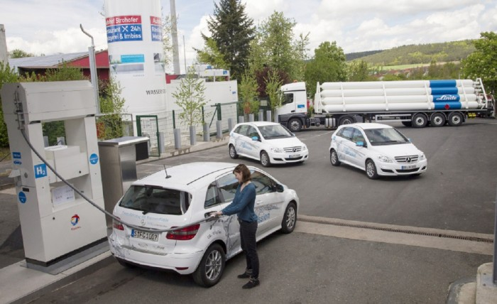 In cooperation with Daimler and Total, both members of the new H2 Mobility organization in Berlin, Linde opened the first hydrogen fueling station on a German autobahn this past May.