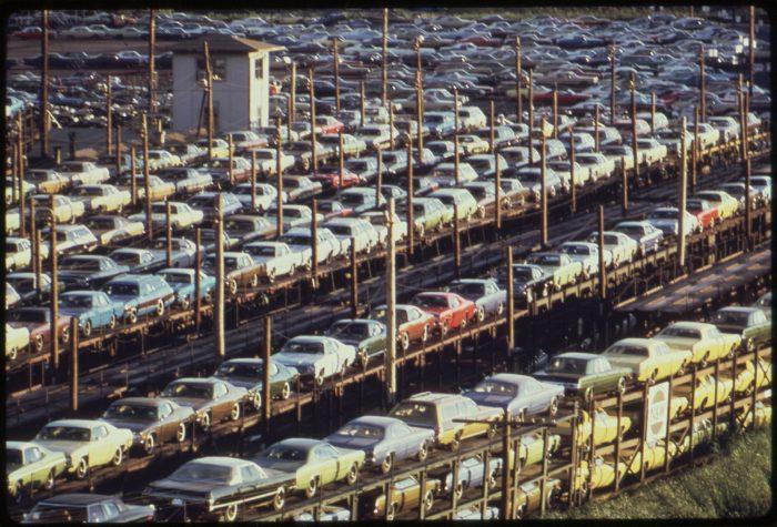 Coches fabricados en Detroit son transportados (1973)