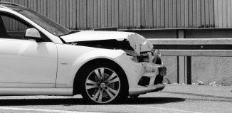 coche destrozado en la parte frontal tras accidente