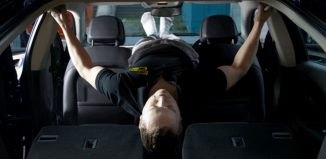 hacer ejericicio en el coche abdominales
