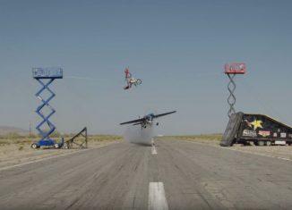 Una avioneta, un acrobata y un motorista