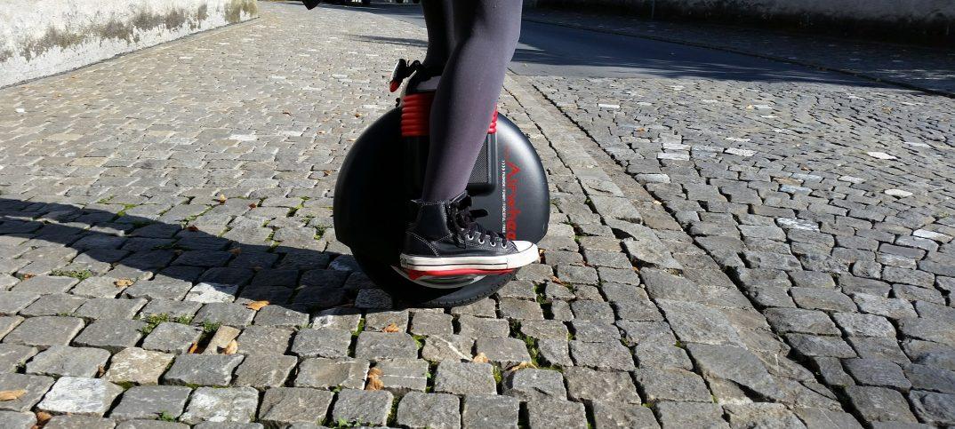Piernas sobre monociclo eléctrico