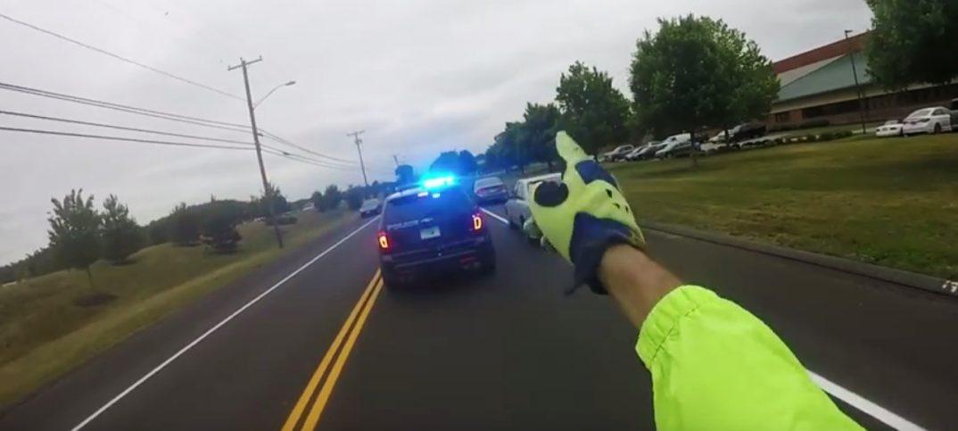 Motorista le da una lección aun conductor con un mal comportamiento