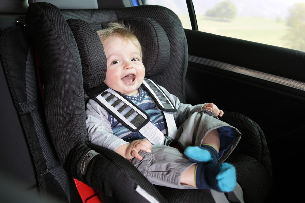 niño solo en coche