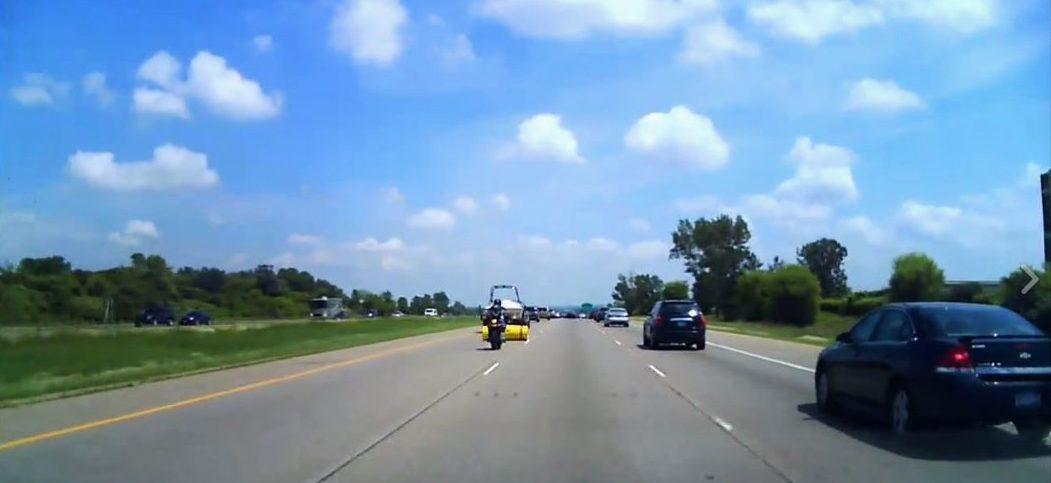 accidente de carrtera motorista y un rollo de gomaespuma que se ha desprendido de un remolque