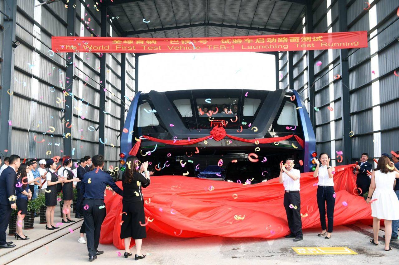 Autobús sobre coches sale de fábrica en China (2)
