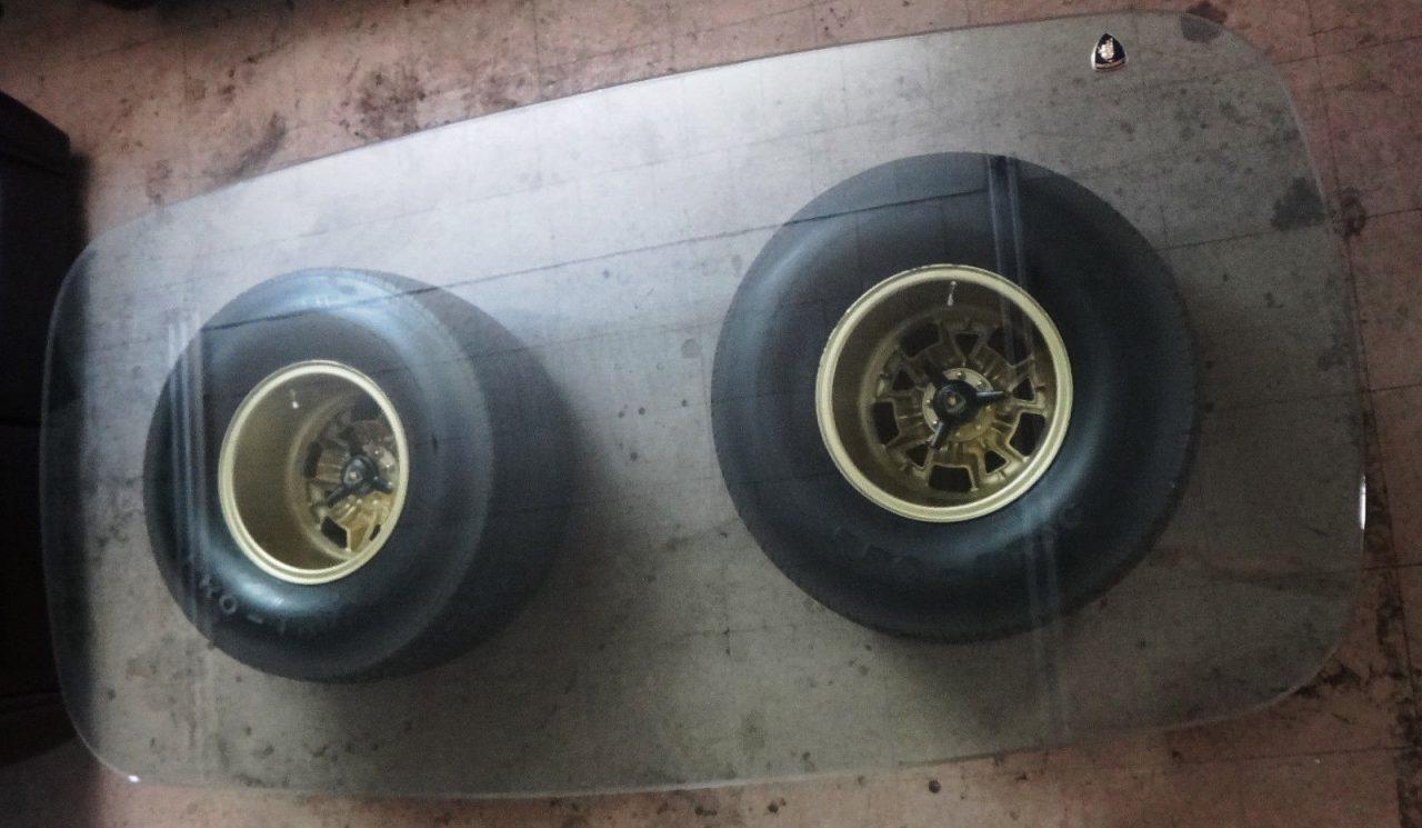 Ruedas de Lamborguini forman las patas de una mesa de café