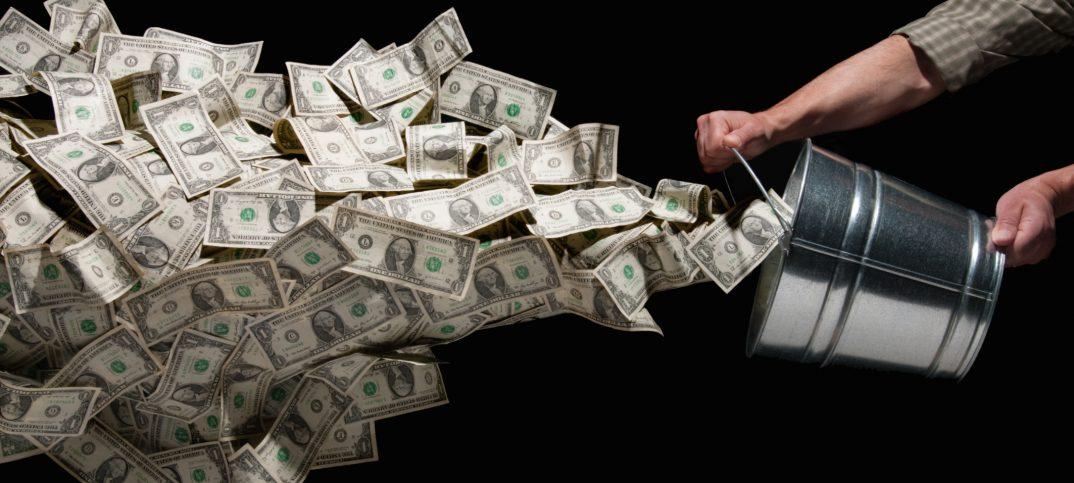 bote de metal de donde salen billetes de dólares