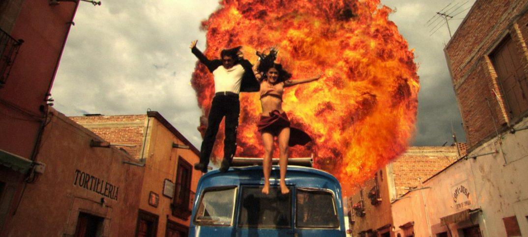 dos personas salen de vehículo en llamas