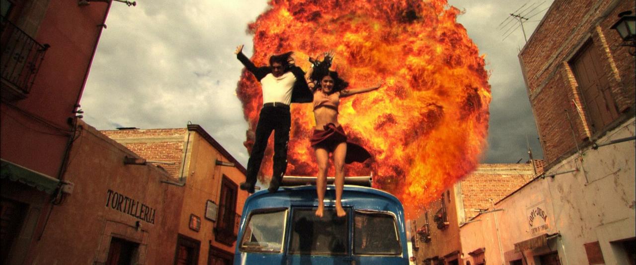 saliendo de vehículo en llamas