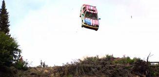coche saltando por los aires