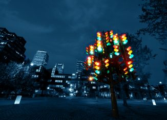 Fotogragía de la escultura de Pierre Vivant, llamada Traffic Light Tree (árbol semáforo) en the Docklands, Londre