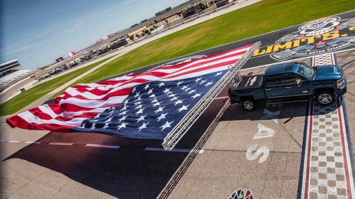 Chevrolet Silverado 2017 bandera USA gigante 02