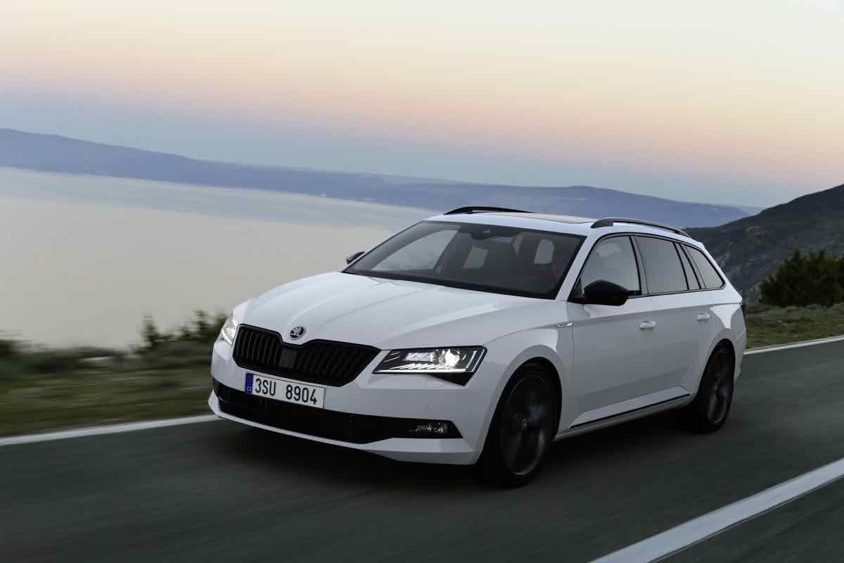 skoda superb sportline el m s deportivo. Black Bedroom Furniture Sets. Home Design Ideas