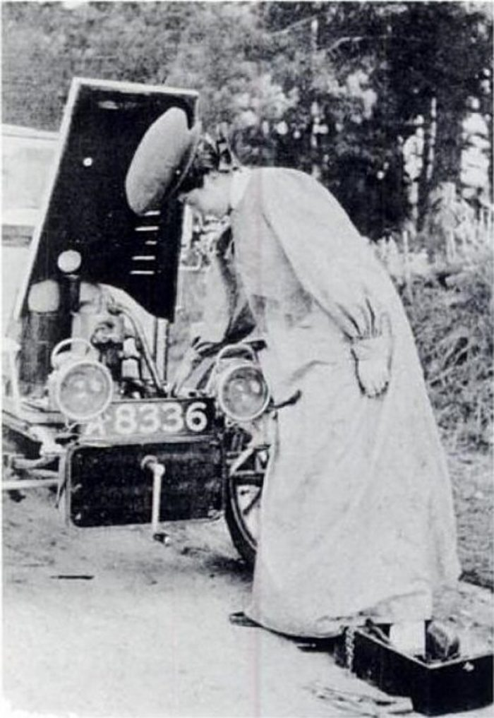 dorothy_levitt_demonstrates_how_to_prime_the_carburettor_by_horace_nichols_the_woman_and_the_car_1907
