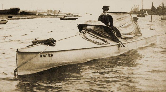 dorothy_levitt_driving_the_napier_motor_yacht_1903