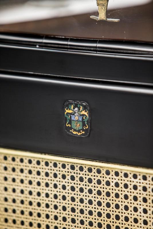 Escudo de armas en honor al origen francés de la familia.