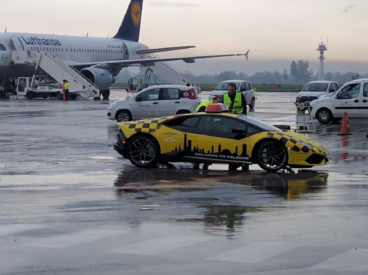 aeropuerto-de-bolonia-lamborghini