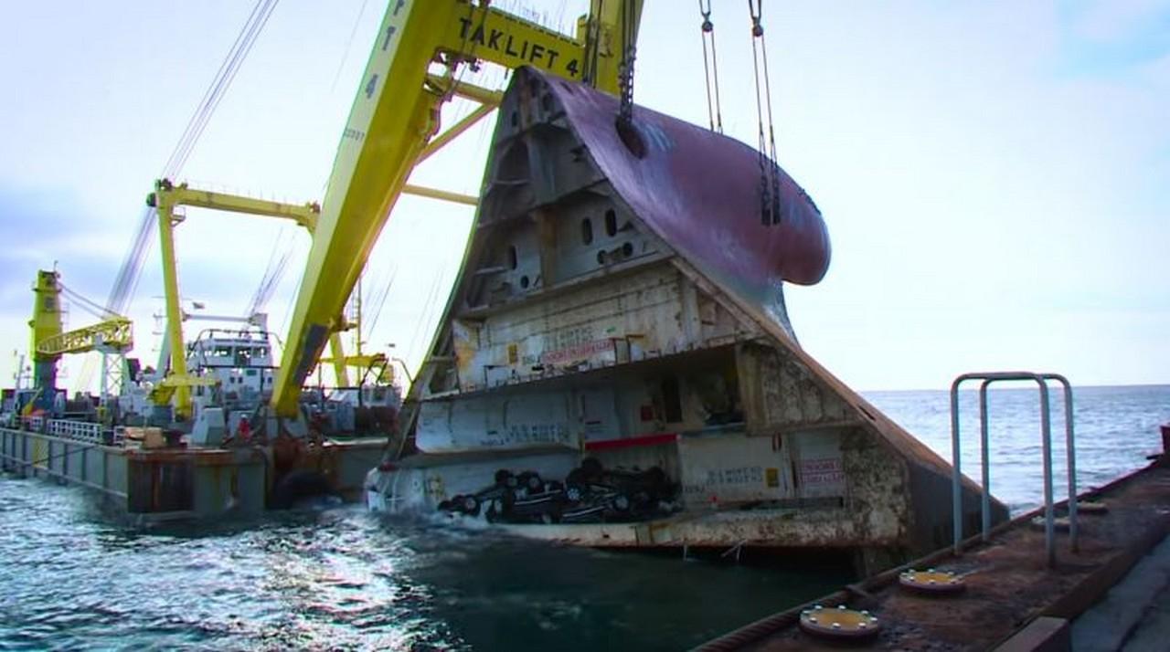 Resultado de imagen de El increíble rescate del barco hundido con 1.400 coches en su interior