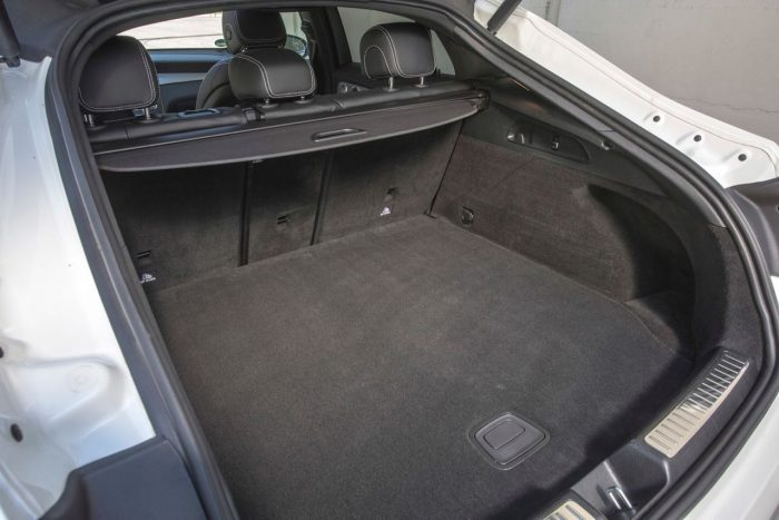 Mercedes-Benz GLC 350 e Coupé; Exterieur: diamantweiß; Interieur: designo Leder Nappa platinweiß/schwarz; Kraftstoffverbrauch kombiniert: 2,5-2,7 l/100 km; CO2-Emissionen kombiniert: 59-64 g/km; exterior: diamond white; interior: designo Nappa Platinum white/black; fuel consumption combined: 2.5-2.7 l/100 km; CO2 emissions combined: 59-64 g/km