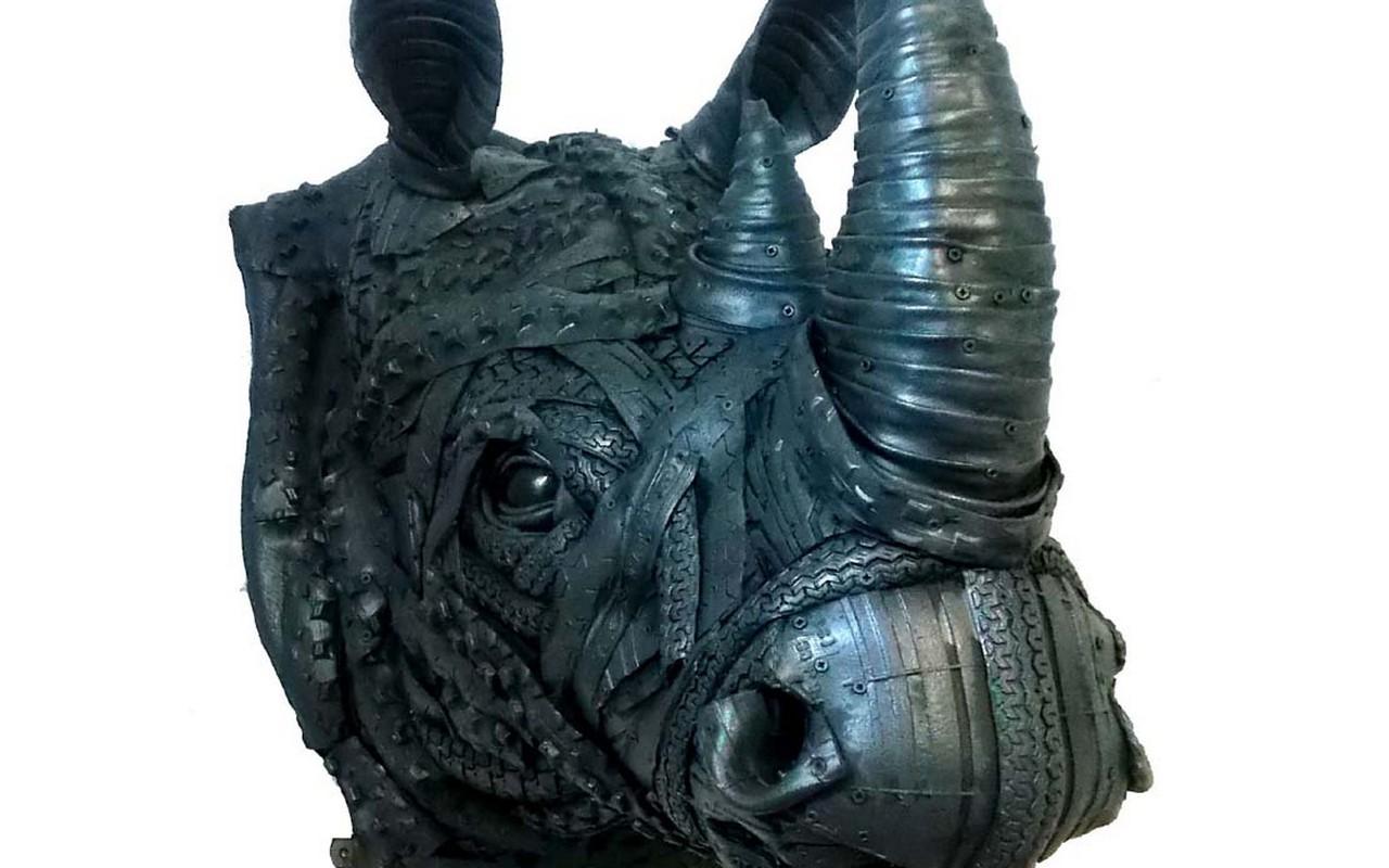 Rinoceronde de neumáticos de Ángel Cañas, el artista que trabaja con neumáticos usados para hacer esculturas