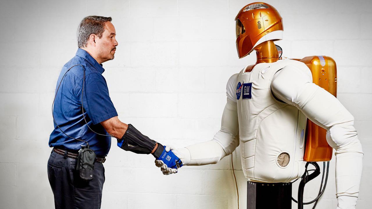 Este guante robótico podría ayudar a los operarios de coches